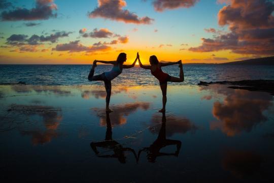 partner-yoga-sunset